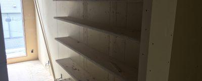 キャットウォークを兼ねた本棚の設置と綺麗に収納するコツ!(大阪市戸建リノベーション)
