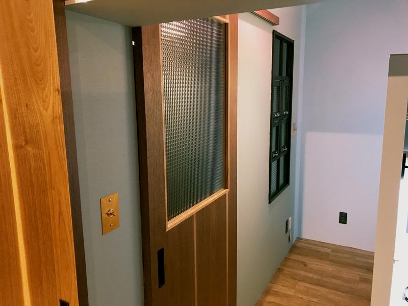 ウォールナット材のドア